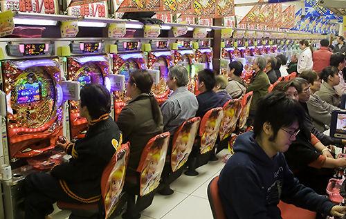 在日本,赌博游戏机扒金库很受民众欢迎。图为人气十足的扒金库店内景。