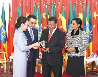 当地时间6日上午,李克强总理会见埃塞俄比亚总统穆拉图。会见后,李克强总理夫人程虹将自己的著作和译著赠送给穆拉图总统夫妇。图/中国政府网
