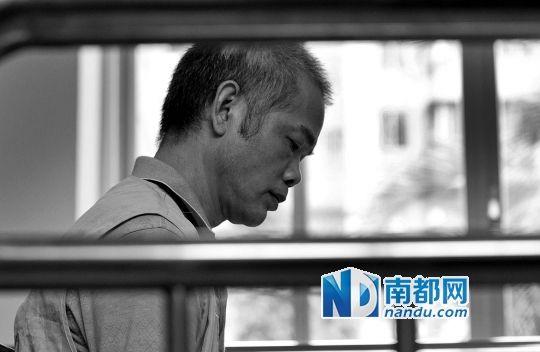 图为清远市清城区法院,被告人陈柏和过堂。(图片来源:清远日报实习生 田剑敏 摄)