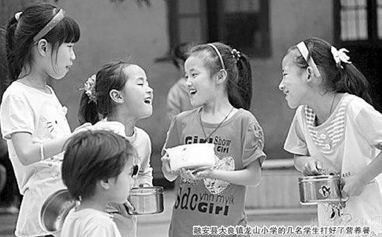 """柳州市教育局确保孩子们吃好""""营养餐""""(图)"""