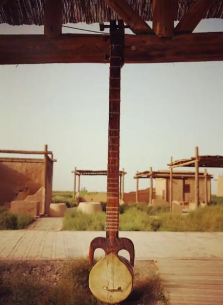 维吾尔族钟情的民间弹弦乐器卡龙琴