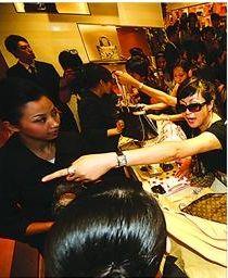 据麦肯锡预计,2015年中国奢侈品消费总额将达到3700亿元-3800亿元。 /CFP