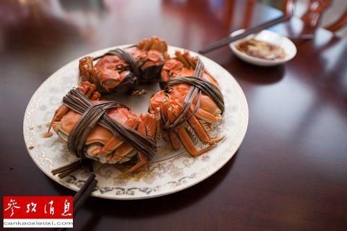 烹饪完成的阳澄湖大闸蟹被摆上北京一户人家的餐桌。新华社资料图 吕帅摄