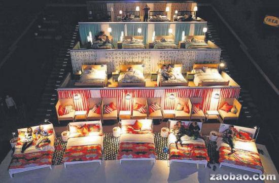 图为俄罗斯一家电影院里的座位都改成了舒服的沙发或床。