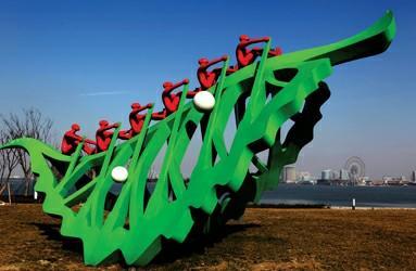 苏州金鸡湖畔边的雕塑,一叶小舟,因了齐心协力,自然乘风破浪,一往无前