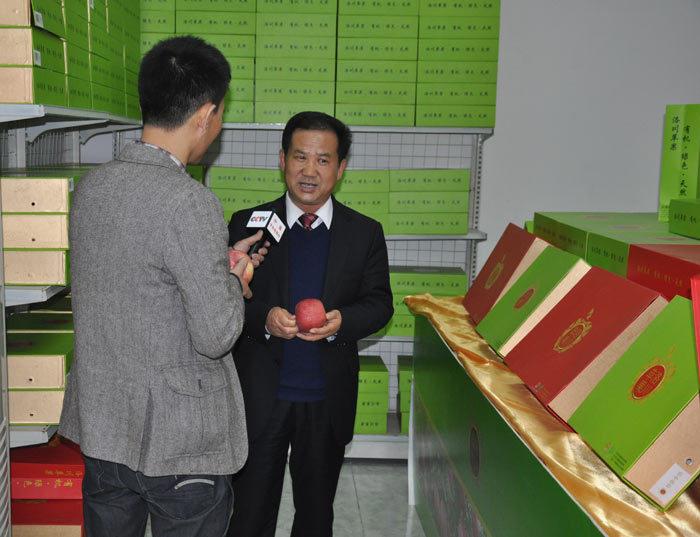 中央电视台综合频道(CCTV-1)记者在专卖店专访县长彭安季先生