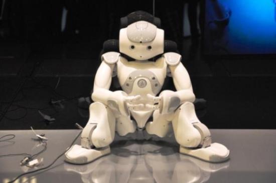 安静地坐在一旁的Nao机器人