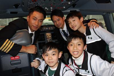 学生登入香港航空的飞机驾驶舱参观,并与香港航空机长