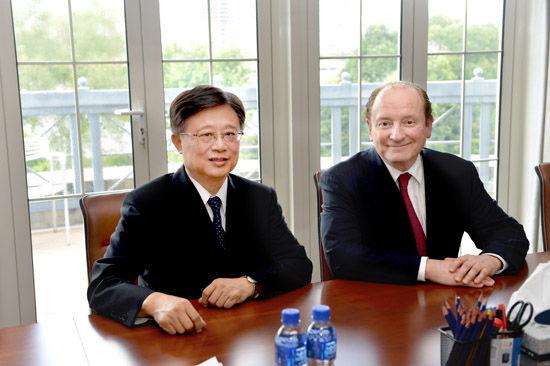 中欧朱晓明院长(左)与诺贝尔经济学奖得主罗伯特•默顿教授(右)