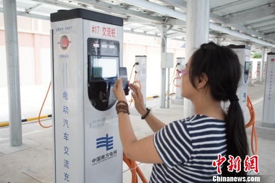 """全国首个""""变+充电站""""在深圳投运 解决大都市建桩难充电难"""