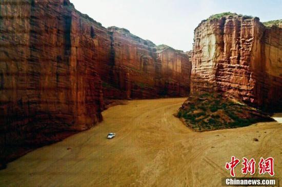 """航拍新疆""""活的地质演变史博物馆""""温宿大峡谷"""
