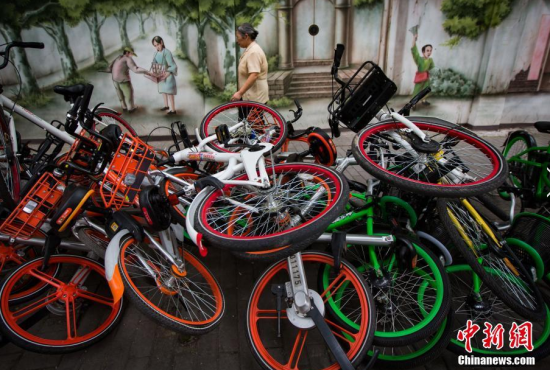 """南京街头共享单车""""叠罗汉"""""""