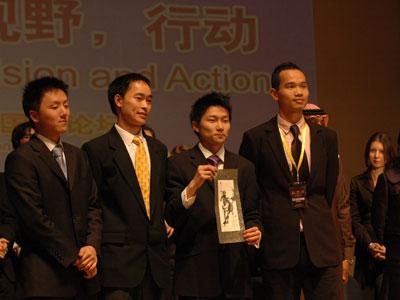 图文:论坛组织者被赠予纪念品