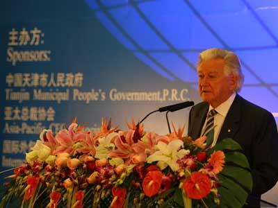 图文:亚太总裁协会全球主席鲍勃・霍克致辞