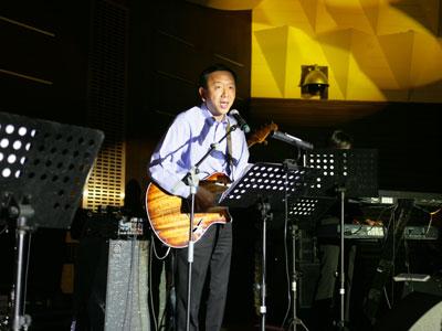 图文:ENERGY大使小泽秀树演出美国乡村音乐