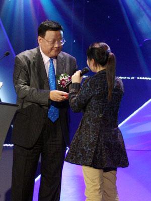图文:北大学生向刘长乐赠送礼物