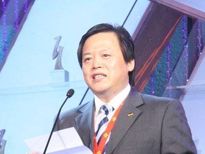 图文:徐金川为颁奖典礼开奖