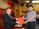 中国商业联合会会长张志刚给代表颁奖
