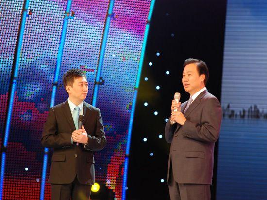 2010年12月15日,中央电视台《CCTV经济生活大调查》城市推广活动的第二站来到了大连。图为陈伟鸿采访大连市委书记夏德仁。