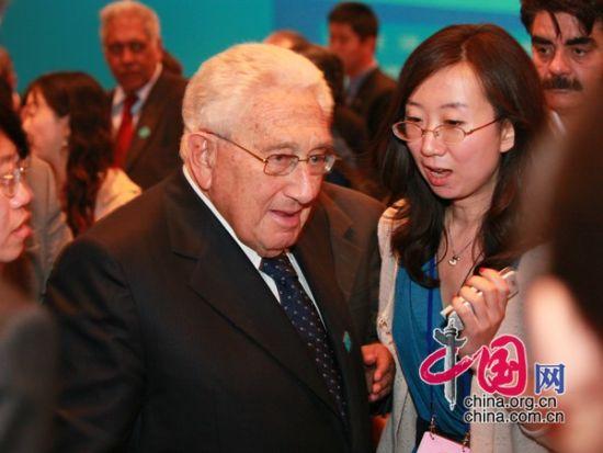 """由中国国际经济交流中心主办的""""第二届全球智库峰会""""于2011年6月25-26日在北京召开,主题为""""全球经济治理:共同责任""""。图为开幕式茶歇时记者采访亨利-基辛格博士。  图片来源:中国网"""