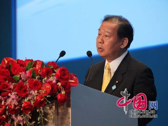 """由中国国际经济交流中心主办的""""第二届全球智库峰会""""于2011年6月25-26日在北京召开,主题为""""全球经济治理:共同责任""""。图为日本前经济产业大臣二�A俊博发表演讲 。  图片来源:中国网"""
