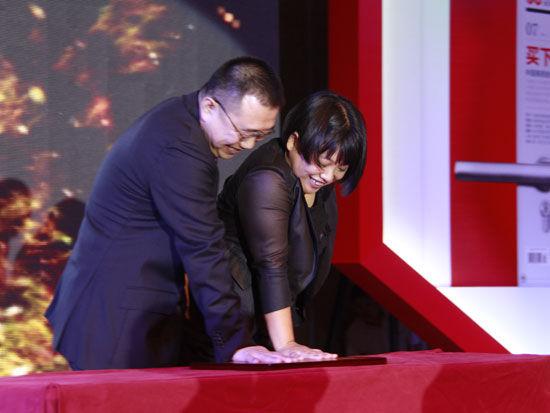 """2011年7月8日,《全球商业经典》在北京举办主题为""""拥抱未来商业""""的改版发布仪式。图为何力与王欣摁手模。(来源:新浪财经 任立殿摄)"""