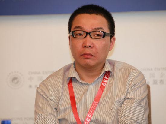 """""""2012亚布力中国企业家论坛夏季高峰会""""于2012年7月6日-8日在湖北武汉召开。上图为中国企业家论坛《亚布力观点》主编傅小永。(图片来源:新浪财经 梁斌 摄)"""