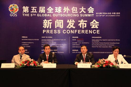 """""""第五届(2012)全球外包大会""""于7月26日-29日在云南省昆明市举办。上图为第五届全球外包大会北京新闻发布会主席台。(图片来源:新浪财经)"""