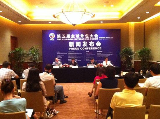 """""""第五届(2012)全球外包大会""""于7月26日-29日在云南省昆明市举办。上图为第五届全球外包大会北京新闻发布会现场。(图片来源:新浪财经)"""