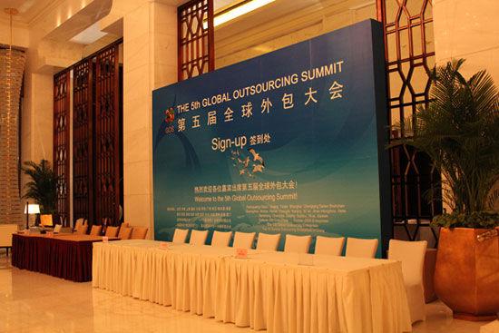 """""""第五届(2012)全球外包大会""""于7月26日-29日在云南省昆明市举办。上图为第五届全球外包大会签到处。(图片来源:新浪财经)"""