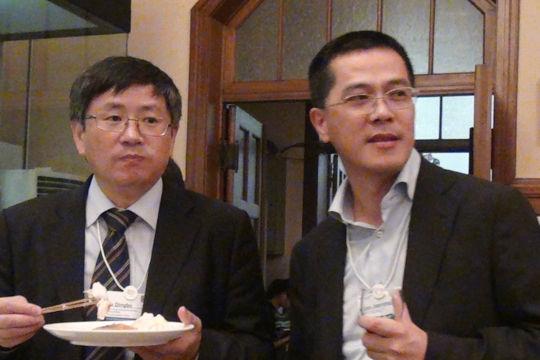 图为中锐控股集团公司董事长钱建蓉(右)