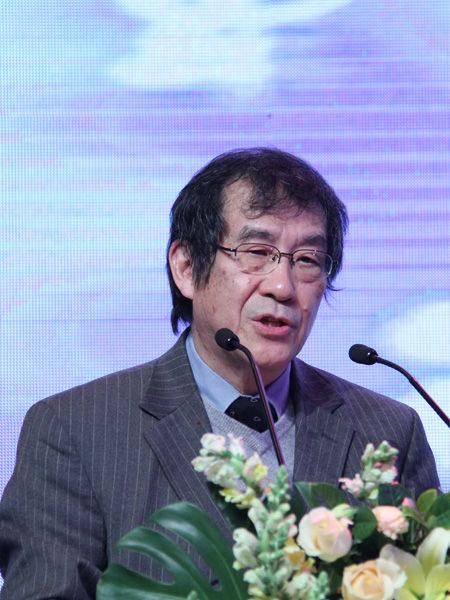 """中国服装协会于2012年11月23-24日在北京国际饭店会议中心召开""""2012中国服装大会""""。图为哈佛大学教授、著名文化学者杜维明演讲。(来源:新浪财经 任立殿)"""