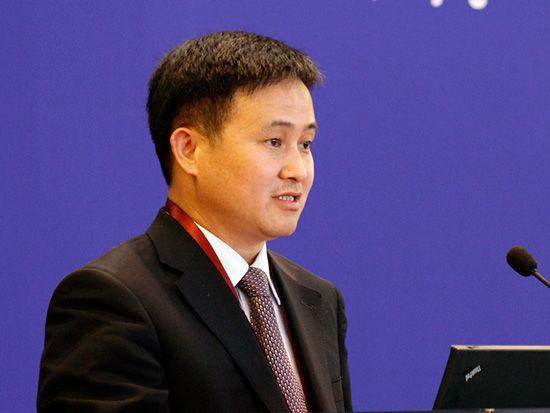 """中国金融论坛于2013年5月21-23日在北京召开。论坛主题为""""金融改革创新,服务实体经济""""。图为中国人民银行副行长潘功胜演讲。"""