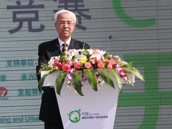 """""""2013中国国际太阳能十项全能竞赛""""开幕式于8月2日在大同市举行。上图为国家能源局副局长张玉清。(图片来源:新浪财经 梁斌 摄)"""