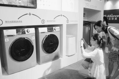 海尔洗衣机的颠覆性创新正在吸引更多的用户成为他的粉丝 本报记者冉荷 这是一个悖论:洗衣机的问世终结了人类在溪水里手工洗衣的时代,但一个被普遍忽略的事实是,洗衣机洗衣服的水会越洗越脏,脏衣服需要洗衣机不断地注水进行漂洗才能达到理想的洗涤效果。 现在,一个颠覆洗衣机用脏水洗衣的新方案诞生了。