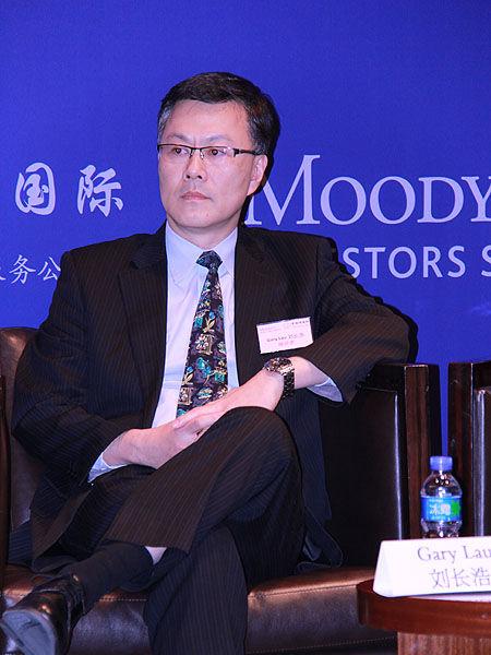 上图为穆迪企业融资部刘长浩参与圆桌讨论。(图片来源:新浪财经 摄影:韩锦星)