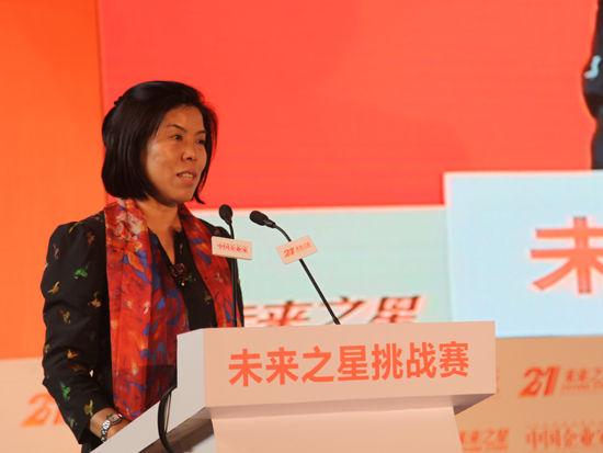"""""""第十四届中国企业未来之星年会""""于2014年6月27日-29日在湖北省咸宁市举行。上图为《中国企业家》杂志社社长何振红。(图片来源:新浪财经 梁斌 摄)"""