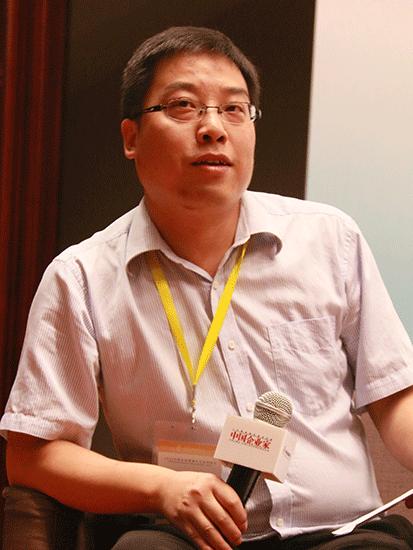 上图为《中国企业家》杂志社副总编万建民(图片来源:新浪财经 顾国爱 摄)