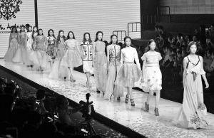 宁波国际时装周上模特正在走秀。 记者 王增芳 摄