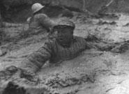1960年铁人王进喜用身体制服井喷