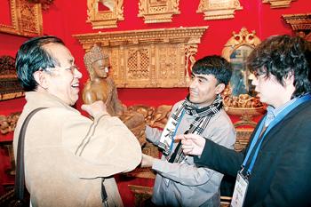 [图文]尼泊尔精雕木质佛像吸引众人驻足观看