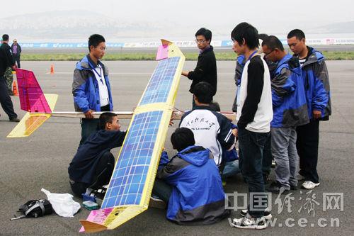 无线电遥控太阳能飞机载重飞行比赛在莱芜上演