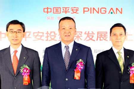图为中国平安董事长马明哲(中)、总经理张子欣(左)、董秘姚军(