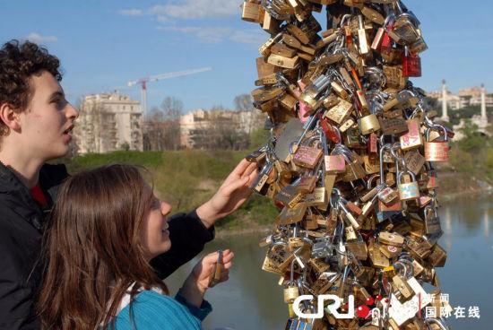 """意大利桥梁挂满同心锁 不堪""""爱情重负""""(组图)"""