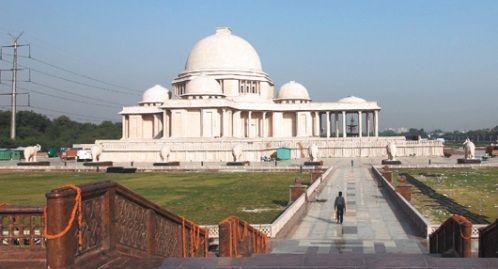 """印度""""贱民女王""""巨资打造公园 为自己建雕像"""