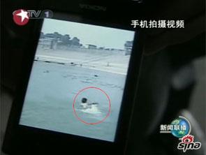 湖北大学生手机拍下同学水中救少年视频