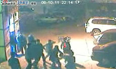 22点14分17秒左右:警察开始围殴追打死者