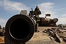 以色列预备役士兵在检查坦克