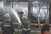 消防人员向公交车喷水灭火