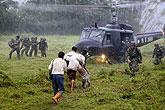 救援人员将受灾者抬上直升飞机